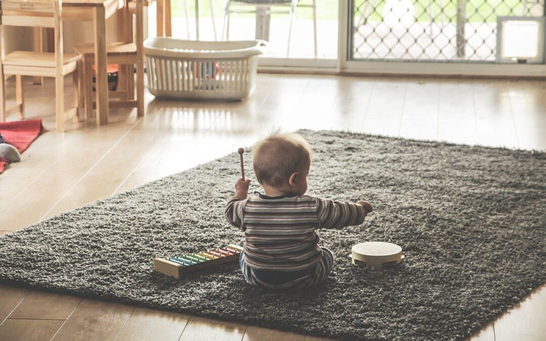 bébé jouant
